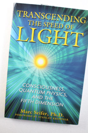 Transcending the Speed of Light: Consciousness Quantum Physics and the Fifth Dimension by Seifer Ph.D. Marc ISBN: 9781594772290