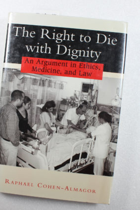 The Right to Die with Dignity: An Argument in Ethics Medicine and Law by Cohen-Almagor Raphael ISBN: 9780813529868