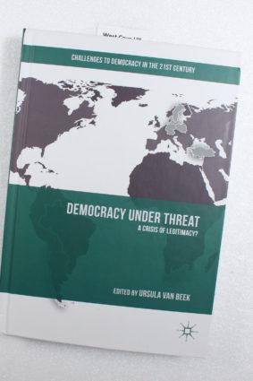 Democracy under Threat: A Crisis of Legitimacy? by Van Beek Ursula ISBN: 9783319894522